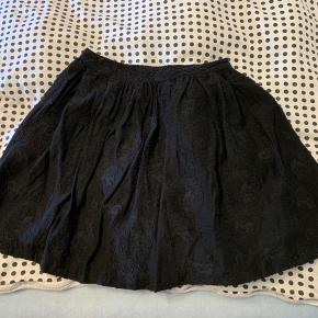 Sælger denne smukkeste nederdele fra Baum und Pferdgarden   Den er en str 36, farven er sort og den har en lynlås i den ene sidde  Nypris: 1199 DKK købt i lokal tøjbutik  Prisforslag: 150 DKK  Kom gerne med et bud. Du må også meget gerne spørge for mere information😊  Kan sende gratis med DAO i efterårsferien🍁📦