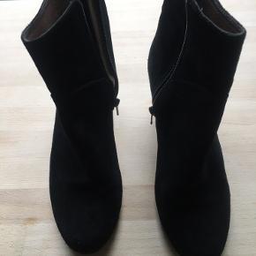 Virkeligt fine Wonders-støvler i sort ruskind med gummisål og -hæl. Meget fin stand. Hælhøjde 6 cm.