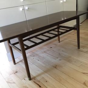 Smuk aflangt pallisander bord med hylder under. Længde 127 Bredde 54 dyb Højde 54