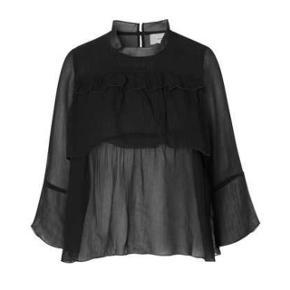 Neo Noir bluse med flæser i sort Fejler intet. 100 % viskose