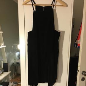 Sort velour kjole fra Topshop i str. 40. Aldrig brugt, så fremstår som ny.