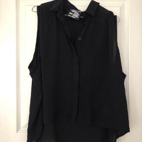 Flot silkelignende skjorte uden ærmer med krave