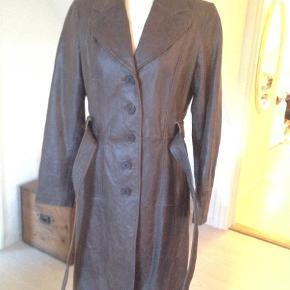 """Brand: Orsay Varetype: Rå frakke i læder / skind / skindfrakke Farve: Brun  Rå Skind/læder frakke - skindet er ikke blødt, det er en mere rå end """"fin"""" frakke.  Det er foer overalt indvendig."""