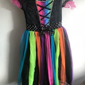 Halloween kjoler.  Regnbue heks er str 116, i fin stand men brugt, mangler stivere i kjolen  Mp 75,-  Skeletdronning, gmb billede af revne i kjolen.  Str 116  Mp 75,- Hentes 6700 Esbjerg