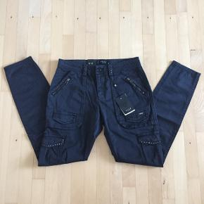 Super fede cargo bukser i sort med masser af deltaljer. Stadig med prismærke.  Nypris 799,- Mp 300 pp
