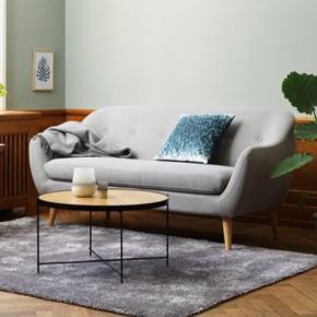 Da jeg ønsker mig en ny og måske større sofa, ønsker jeg enten af sælge denne eller evt byt med en anden sofa.  Eftersom min ikke er ny, så har jeg selvfølgelig heller ikke et krav til det evt byt.  Min sofa er ca 1 år gammel.   Jeg har ikke mulighed for at køre med trailer, så du skal kunne komme herhjem og byt eller hente den.   Send gerne en sms på 93203046 med hvad du evt har og byt med  Gerne sofa i sort eller grå eller bare lyse farver