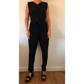 Flotteste sorte buksedragt fra Minimum. Str s. 97% polyester, 3% spandex. Løser en hver tøjkrise til festlige begivenheder eller bare i hverdagen.