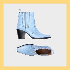 De klassiske western boots fra GANNI i den fineste lyseblå farve ❄️ Perfekte til efterår og vinter! 100% ægte læder 👌🏼  ALDRIG BRUGT - HELT NYE! Æske medfølger.  Prisen er fast.    🌸 Masser af mærkevarer 🌸 🤝 Alt kan afhentes på Østerbro  📦 Sender samme dag via TS for 37 kr.   💰 Rabat ved køb af flere varer 🧺 Alt tøj dampes inden afsendelse