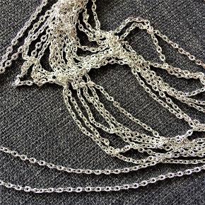 Fin, sølvfarvet kæde med ovale led.  Se mål på billedet.  Lav selv halskæde, armbånd, ankelkæde, øreringe, fingerring.  Har ikke været brugt.  Sælges i metermål med gode mængderabatter, fx: 1 meter koster 34 kr. 2 meter koster 48 kr. 3 meter koster 62 kr. + evt. porto.  Kan afhentes på Frederiksberg.