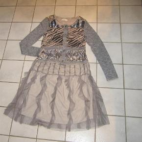 Flot nederdel fra Nü By Staff Woman med tyl og palliet detaljer og lynlås i siden. Nye og ubrugt.  Smuk Nederdel m Pallietter og Tyl Farve: Sand
