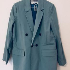 Blå blazer som er helt ny Kjolen på billedet er også til salg 💙  Kan afhentes på Nørrebro, Nordvest eller Frederiksberg   Se også gerne mine andre annoncer med tøj, tasker, sko, accessories og lidt ting 🌻