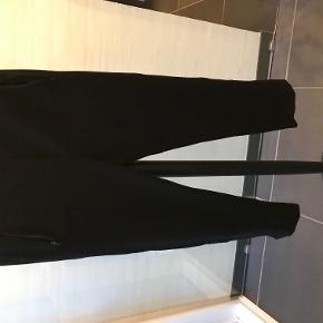 Julie Fagerholt sweat pants - kun brugt nogle få gange det eneste slid der er på dem er nede i buksebenet kanten hvor der er meget små huller da de er lange i det, men man skal tæt på for at se det - derfor også den billige pris.  Der er lynlås i buskebenet og lommer i siderne der er elastik i taljen.  60% bomuld 34% polyamide samt 6 % spandex  BYTTER IKKE