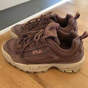 """Sælger disse super fede Fila sneakers i farven """"ash rose"""". De er dejlige at gå i og feminine i farven. God men brugt, se stand på billederne."""