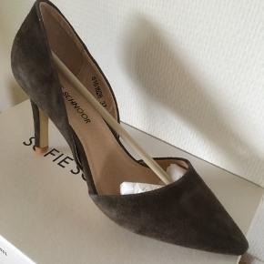 """Virkelig smukke stiletter fra Sofie Schnoor. HELT NYE -kun prøvet på. Nypris :1200,- Farve """"leather mud"""""""