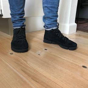 Clarks Trigenic Flex Dry GTX  Fede Sneakers af sort ruskind med GoreTex-membran, som bl.a. sikrer tørfodet cykelture. Skoene er brugt 1 gang.  Str. 43  Nypris 1400 kr.