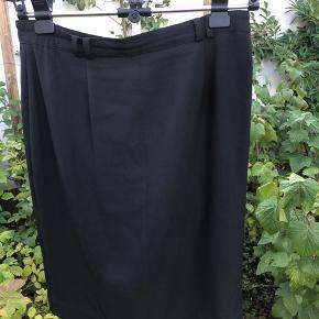 Flot sort stramtsiddende nederdel i str 42 Byd gerne
