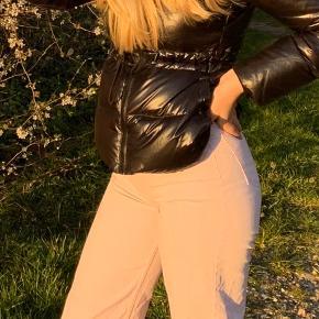 Bukserne er store i størrelsen, men jeg kan dsv ikke passe de her virkelig fede bukser. De er i farven mellem lilla-Rosa. Har brugt dem 2-3 gange. Skriv til mig for ydeligere informationer eller billeder...💞💞