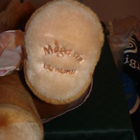 Brand: Magasin Du Nord Varetype: Teddy Bear fra Magasin Du Nord Størrelse: 56 cm høj Farve: Lys brun  Kær, blød Teddy Bear fra Magasin Du Nord i fantastisk stand. Bamsen er 56 cm høj, og der følger en lille kjole med, der passer bamsen. BYTTER IKKE!!