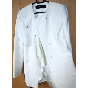 Smuk og feminin jakke/blazer fra Zara i str. xs/34 kan også passes af en small