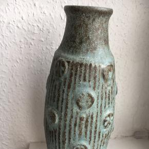 Smuk stor blålig/turkis blå vase fra West Germany sælges. Kan lige ane stemplet i bunden, selvom det ikke ses så godt på billedet. 30 Cm høj.   Absolut ingen skader, hel og fin.
