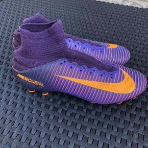 Nike Mercurial fodboldstøvle med sok str 40,5. I centimeter 25,5 cm. Har også to andre par til salg i andre størrelser se sidste billede