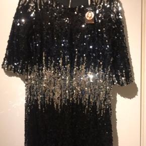 Sælger denne fine kjole! Aldrig været brugte og har stadigvæk mærke på! Str.38 Byd gerne!