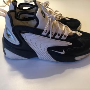 Nike Zoom i mørkeblå og hvide. De har været brugt nogle gange, men fejler ikke noget. Jeg har købt dem sidste år i New York. Jeg sender kun mine ting og prisen er uden porto :)