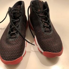 Lækker basket støvle, kun brugt få gange. Sort/rødmønstret.