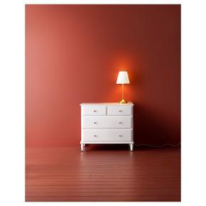 Ikea Tyssedal kommode i hvid med 4 skuffer   Størrelse: 87X76 cm   Pris: 500 kr   Den skaller lidt af med maling på pladen, man kan ligge lidt hvid neglelak på, det er ikke store skaller, 1 eller 2 små   SKAL AFHENTES PÅ MIN ADRESSE I SØBORG