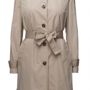 Bobby nylon trench coat fra Tommy Hilfiger.  Jeg købte frakken af en anden sælger her på Trendsales sidste år, men jeg har kun fået den brugt to gange siden. Den fejler ingenting 😊  Kan afhentes i Aalborg eller sendes med DAO.