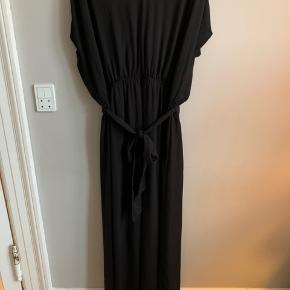 Flot sort galla/festkjole med underkjole. Købt i Sverige.