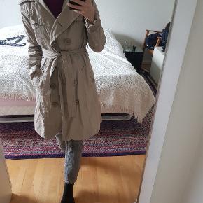 Baige lang sommer/forår trenchcoat jakke fra Modström. Den er let og god sammen med sweater. Jeg er størrelse S og brugt den overaize. Den er størrelse M.  DAO porto 35 DKK (bytter ikke)