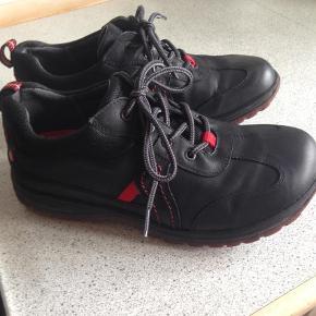 Varetype: Andet Størrelse: 40 (39) Farve: Sort Super dejlige og behagelige sko.  De er små i størrelsen og svarer mere til en rummelig 39