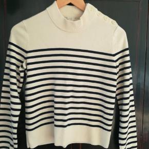 Lækker uld sweater med fin knap lukning.