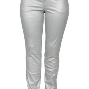 Ciso jeans coated i sølv, 5-lommet model i klassisk snit.  72% bomuld, 27% polyester og 1% elastan.  Nye. Prisen er inkl alm porto.  MÅL:  Livvidde: 53-54 cm x2 Hoftemål: 64 cm x 2 Indvendig benlængde: 84 cm  Coated sølv jeans bukser - NYE! Farve: Sølv Oprindelig købspris: 600 kr.