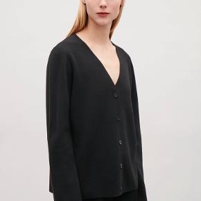 Lækker cardigan i merino uld og regular fit fra COS. Den er aldrig brugt og sidder rigtigt flot på - der er masser plads til at have skjorte/bluse indenunder 🍂 Nypris 590kr