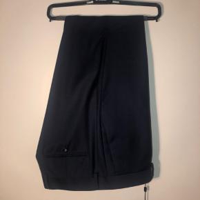 Helt nye mørkeblå suit pants fra Tiger! Aldrig brugt og stadig med mærker i. Str 54  Se endelig mine andre annoncer også - mængderabat gives! :)