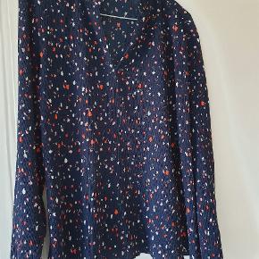 Super fin bluse, med elastikker i  ærmerne.  Brugt få gange, ser helt ny ud.