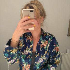 Sælger min smukke silke jakke/kimono da jeg ikke får den brugt. Kan lukkes med knapper foran. Købspris var omkring 500.  søg: Zara, Mango, Asos, Nakd, Nelly, Ganni, Gina Trixot, Mads Nørgaard