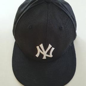 New York Yankees Authentic Collection 59FIFTY Fitted cap har en teamfarvefabrikation med et broderet Yankees-logo på fronten og en broderet MLB Batterman på bagsiden.  Str. 57,7 cm (7 1/4)