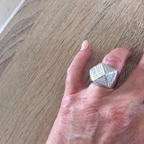 Str 54. Smuk ny ring. Nypris 1799,-