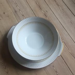 Matchende skål og fad fra Bavaria. Model Edelstein med guldkant. Lavet i Tyskland.  Skålen måler ca. 22 cm i diameter,fadet ca. 28 cm. Prisen er for begge.