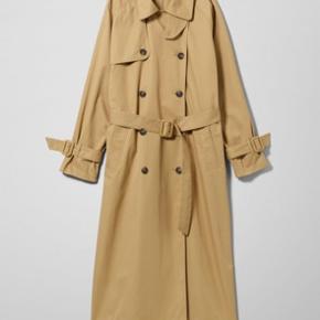 Issa Trenchcoat / frakke fra WEEKDAY sælges. Har været brugt en gang i ca. 10 minutter men syntes simpelthen ikke den klæder mig. Fuldstændig som ny.   Str. XS men MEGET oversized. Kan sagtens passes af en M eller L. Jeg er normalt str. 38/40 og den passer mig perfekt i størrelsen.