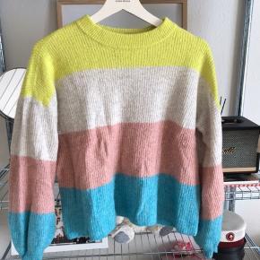 Sælger min yndlings trøje da den uheldigvis kom i tørretumbleren og skrumpede, var en L men passer nu en M Meget lækker og så fin