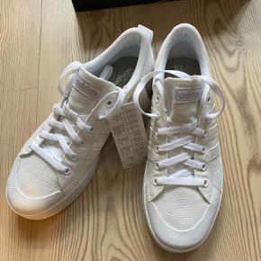 Helt nye hvide Adidas Bravada sneakers. De er str 40 2/3, som desværre er for store til mig. Så derfor, at de er til salg :-)