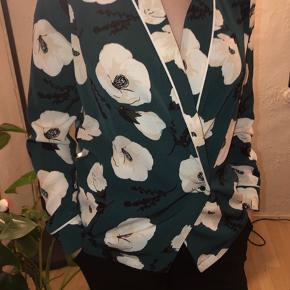 Flot Envii skjorte/trøje, som både kan bruges lukket men også rigtig fin at bruge udenpå andre bluser. Brugt meget få gange, og lidt lille i størrelsen omkring ærmerne.