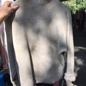 Sød beige sweater fra H&M Brugt meget få gange! Er en str XS men sidder forholdsvist løs