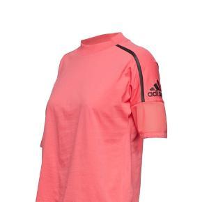 T-Shirt med fine detaljer. - brugt 2 gange.  Med i prisen får du en H&M voucher, se billede 5.  Nypris: 400 kr.  Fast pris plus porto.  Betaling: Kontant eller MobilePay.  Bytter ikke.  Annoncen slettes når solgt, så ingen grund til at spørge om dette.