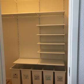 Walk-in garderobe til salg grundet flytning   Algot reolsystem fra IKEA + 5 organiseret vasketøjskurve - købt i 2016   Målene er 38 x 60 cm på alle hylderne, dvs. langsiden måler 180 cm i bredden og 38 cm i dybden Alle vægskinner er 196 cm høje og der er 6 stk.   Samlet nypris 2150 kr.   De 3 øverste hylder mangler deres lister, ønsker man listerne koster en ny hylde af denne største 40 kr. stk.   Har ingen større skader, blot alm. forbrugstegn   Afhentes i Aalborg