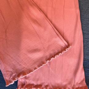 """Lyserøde rib-bukser i bomuld fra Mads Nørgaard med elastik-""""lukning""""."""